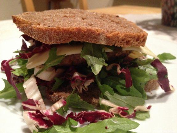 Salat-Toast mit Rindfleisch